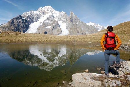 Hombre excursionista disfrutando de la vista