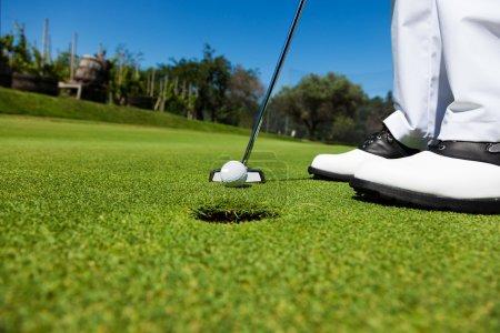 Photo pour Golfeur sur le vert, se préparent à mettre - image libre de droit
