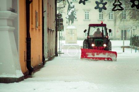Photo pour Zamosc, Pologne - 28 décembre: Déneigeuses dégager la neige sur la place du marché de la vieille ville de Zamosc, Pologne le 28 décembre 2014. - image libre de droit