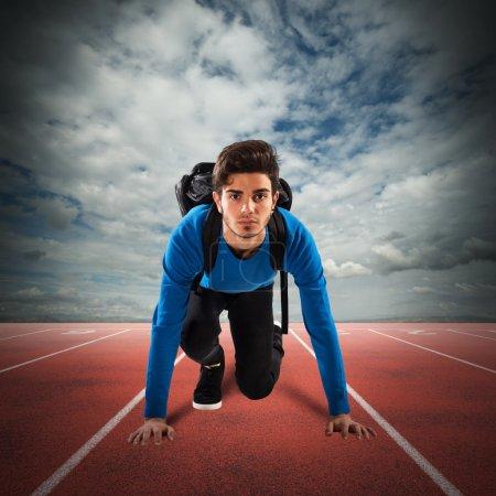 Photo pour Étudiant adolescent garçon avec sac à dos prêt à courir - image libre de droit