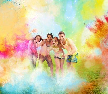 Photo pour Poudre couleur avec heureux garçons et filles à fête de printemps coloré - image libre de droit