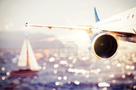Photo pour Avion survole la mer avec un bateau - image libre de droit
