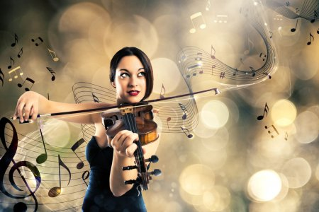 Photo pour Femme élégante, jouer du violon avec fond une portée avec des notes de musique - image libre de droit