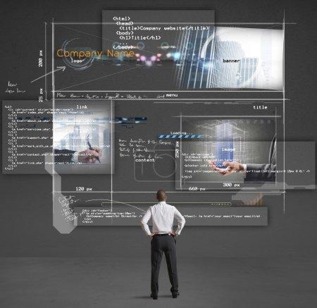 Photo pour Homme d'affaires montre une présentation d'un site Web de l'entreprise - image libre de droit