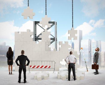 Photo pour Un equipo de empresarios construye una nueva empresa - image libre de droit