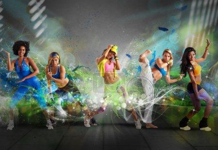 Foto de Un grupo de bailarines modernos con efecto de movimiento - Imagen libre de derechos