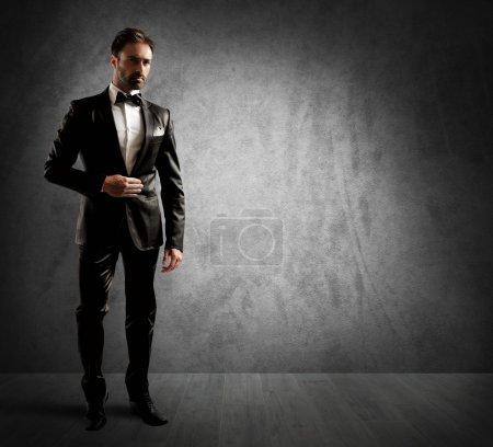 Photo pour Un homme d'affaires portant un élégant smoking noir - image libre de droit