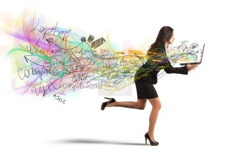 Photo pour Les femmes d'affaires courent avec ses projets dans l'ordinateur portable - image libre de droit