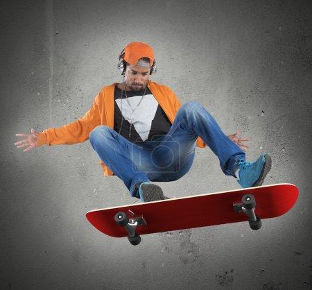 Chico haciendo acrobacias con skate