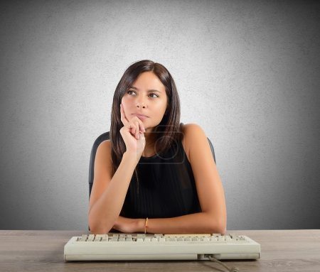 Photo pour Femme d'affaires pensant du plan au bureau - image libre de droit