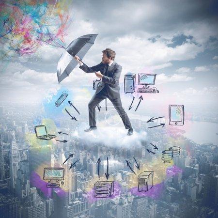 Photo pour Businessman protège les données stockées et archivées dans le cloud - image libre de droit