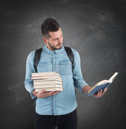Photo pour L'élève lit la leçon d'histoire pour les examens - image libre de droit