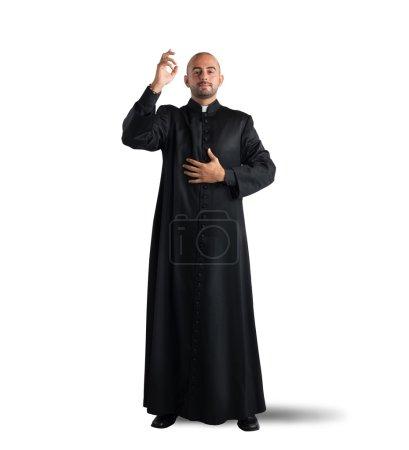 Photo pour Le prêtre est une bénédiction pour les fidèles sur fond blanc - image libre de droit