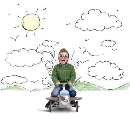 Foto de Niño juega con su coche avión feliz - Imagen libre de derechos