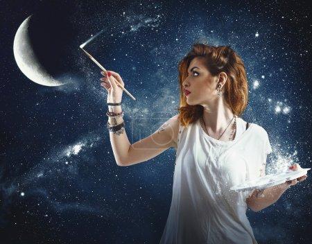 Photo pour Fille peint la lune et les étoiles - image libre de droit