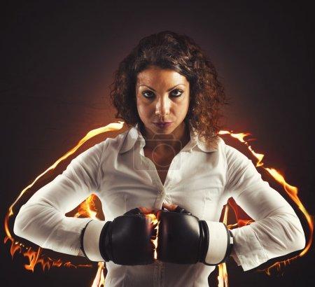 femme d'affaires avec des gants de boxe