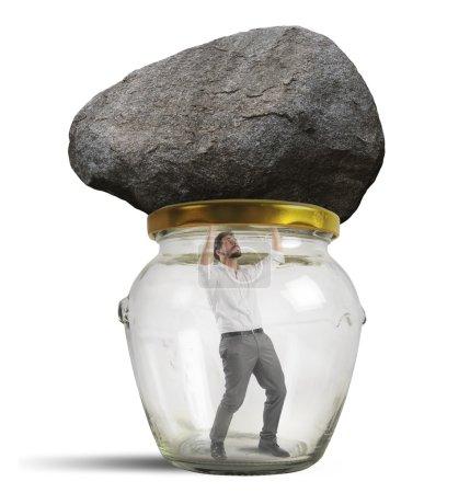 Photo pour Un homme piégé dans un bocal avec de la roche - image libre de droit