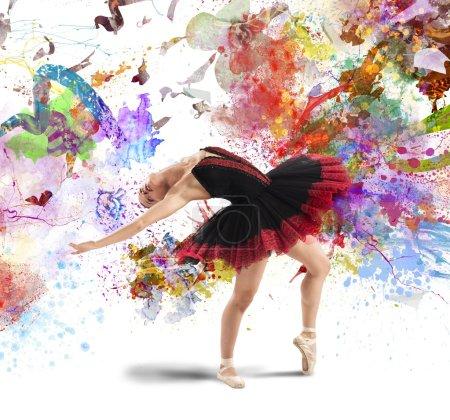 Photo pour Femme danseuse classique posant entre des éclaboussures de couleur - image libre de droit
