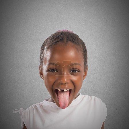 kleines Mädchen macht eine Zunge