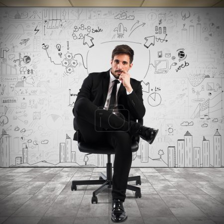 Photo pour Homme d'affaires confiant assis sur une chaise avec un fond de projet d'entreprise - image libre de droit