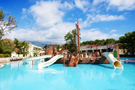 Photo pour Piscine avec glisse à l'hôtel de luxe, Antalya, Turquie - image libre de droit