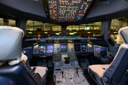 Photo pour HONG KONG, CHINA - MAY 16: Emirates Airbus A380 aircraft cockpit interior on May 16, 2014. Emirates is the largest airline in the Middle East - image libre de droit