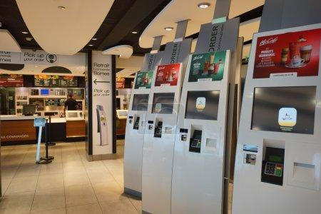 Интерьер McDonalds в аэропорт Орли