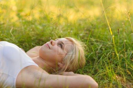Photo pour Calme femme souriante reposant dans le parc - image libre de droit