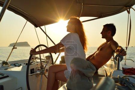 Photo pour Femme voile sur l'yacht sur sa lune de miel - image libre de droit