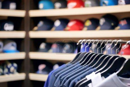 Photo pour Vêtements sur cintres dans un magasin de vêtements - image libre de droit