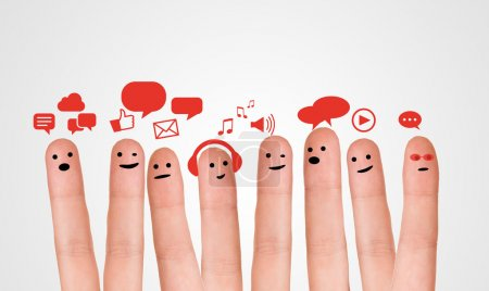 Photo pour Heureux groupe de smileys doigt avec signe de chat social et bulles de parole. Doigts représentant un réseau social . - image libre de droit