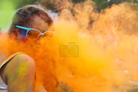 Photo pour Portrait d'une fillette heureuse sur le festival de holi couleur - image libre de droit