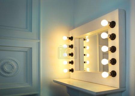 Photo pour Miroir avec des ampoules pour le maquillage dans la salle de maquillage - image libre de droit