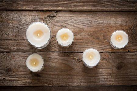 Photo pour Bougies parfumées sur un vieux fond en bois - image libre de droit