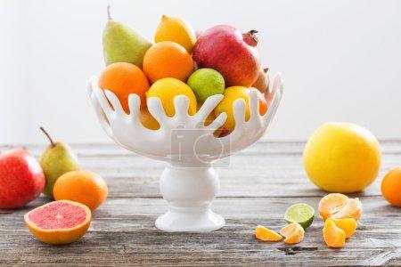 Photo pour Nature morte avec des fruits dans le vase - image libre de droit