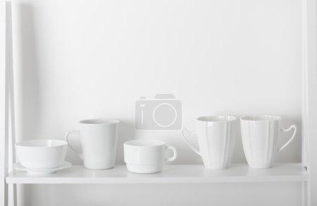 Photo pour Plats propres sur étagère en bois - image libre de droit