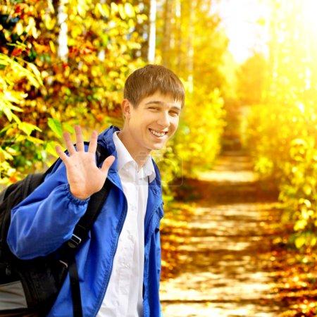 Photo pour Adieu d'adolescent dans le parc en automne - image libre de droit