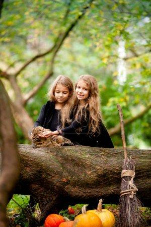 Photo pour Deux filles habillées en sorcières dans le parc - image libre de droit