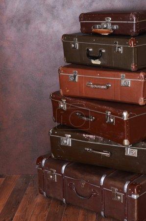Photo pour Vieilles valises rétro sur le sol - image libre de droit