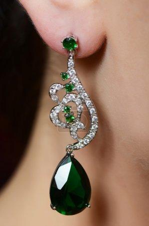Photo pour Femelle oreille en bijoux boucle d'oreille en gros plan - image libre de droit