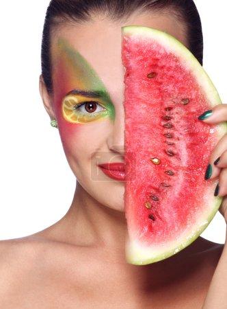 Photo pour Portrait de face du modèle avec make-up.the belle fille belle femme détient une pastèque. sur un fond blanc isolé. - image libre de droit