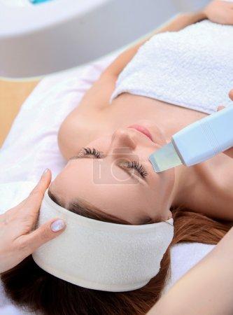 Photo pour Femme recevant une thérapie de nettoyage avec un équipement ultrasonique professionnel dans le bureau de cosmétologie - image libre de droit