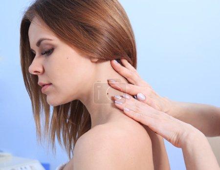 Photo pour Docteur inspectant la peau patiente de femme sur elle pour le mélanome - image libre de droit