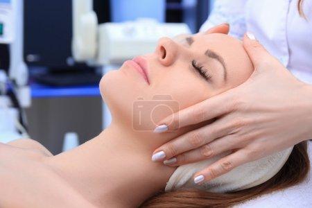 Photo pour Jeune fille belle se soins spa. Médecin, faire des massages du visage. - image libre de droit