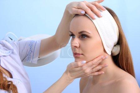 Photo pour Femme médecin cosmétologue examine la peau d'une jeune fille. Préparation pour le traitement de beauté . - image libre de droit