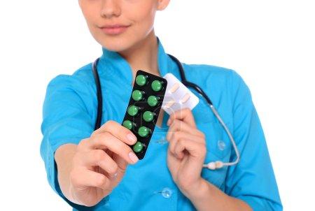Photo pour Main de médecins tenant de nombreuses pilules différentes - image libre de droit