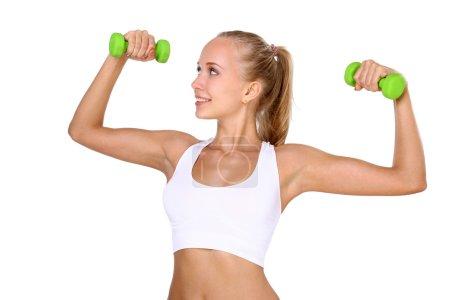 Photo pour Belle femme engagée dans haltères fitness isolé sur blanc . - image libre de droit