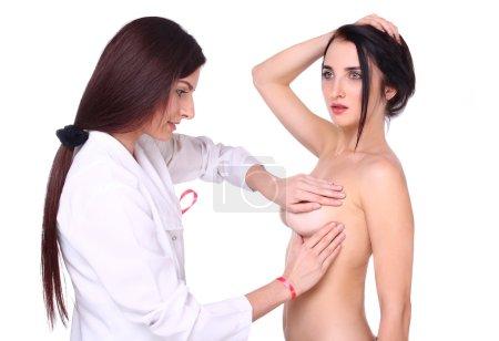 Photo pour Femme médecin mammolog, étudie les seins d'une jeune fille. Le concept du cancer du sein. - image libre de droit