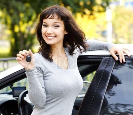 Photo pour Jolie fille montrant la voiture ke - image libre de droit
