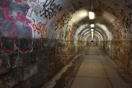 Photo pour Tunnel pour piétons sale nuit - image libre de droit